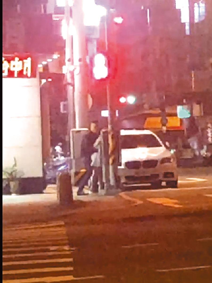 台中市1對年輕男女,17日凌晨在北屯區大馬路口上演活春宮,警方已鎖定白色轎車車主,將通知到案說明。(讀者提供/張妍溱台中傳真)