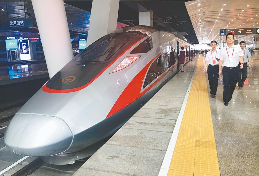 2017年7月27日,大陸高鐵「復興號」開展時速350公里體驗運營。(新華社)