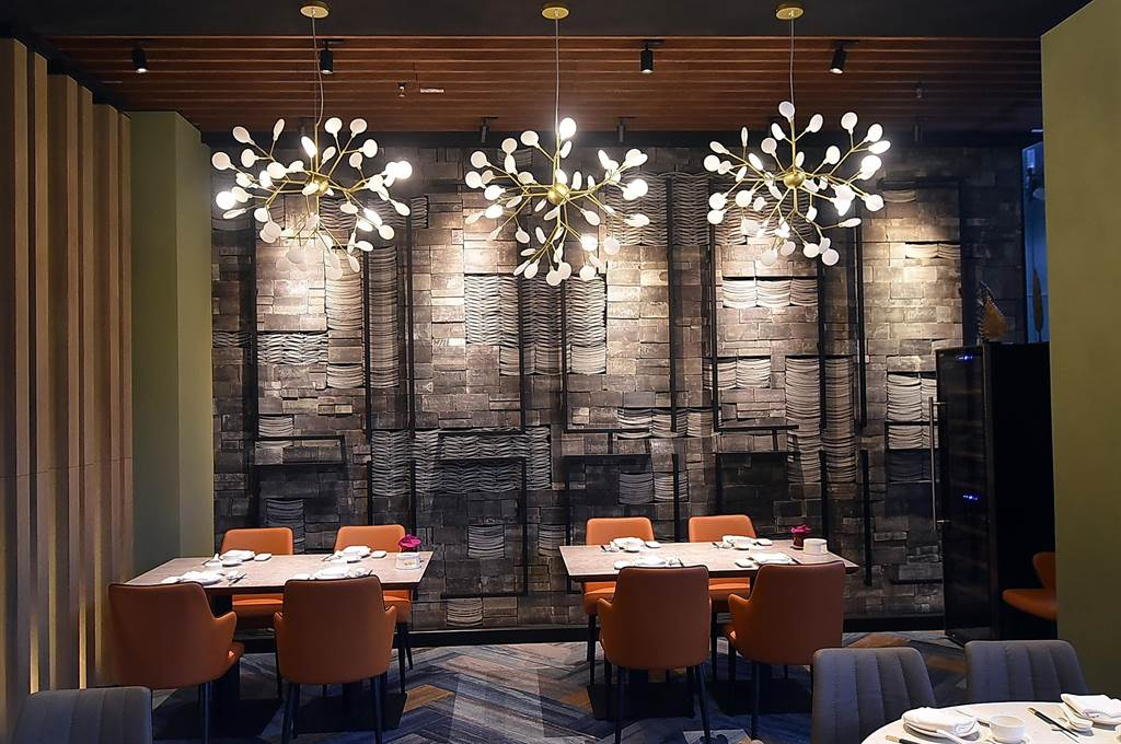開在台北萬豪酒店〈中城廣場〉的〈欣葉.鐘菜〉餐廳,投資金額超過3500萬元,時尚現代裝潢不遜於國際五星飯店。(圖/姚舜)