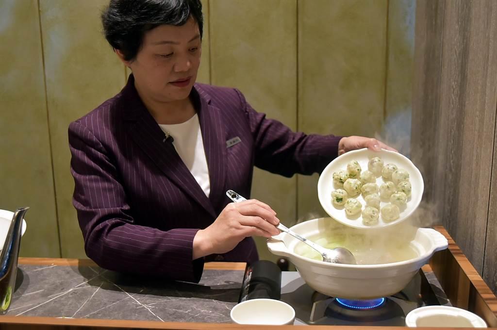 用〈菜丸〉與黃瓜、菜心煮的〈菜丸鍋〉,味道非常清爽鮮甜,在包廂享用並由服務人員現場烹煮。(圖/姚舜)
