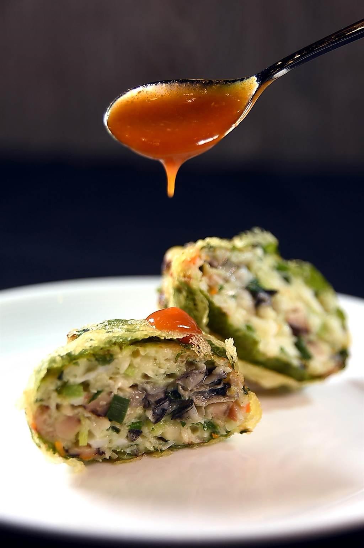 欣葉的〈蚵爹〉,是用韭菜、鮮蝦、蚵仔、香菇、芹菜、荸薺,並加了一點魚漿後再沾麵衣炸成,吃食時沾一點「海山醬」更添風味。(圖/姚舜)