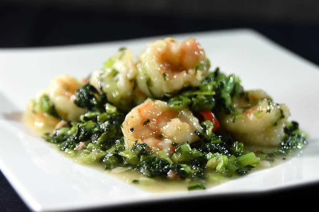 〈欣葉.鐘菜〉餐廳的〈雪菜蝦球〉,雪菜是欣葉師父自家醃製,與肉質彈Q的肥豬蝦合炒成菜,傳統台菜餐廳沒有這菜式。(圖/姚舜)
