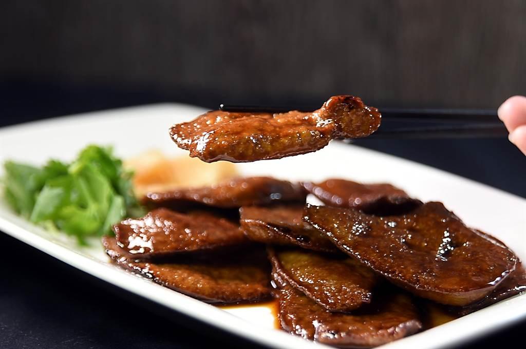 〈煎豬肝〉是欣葉台菜縱橫食壇的招牌菜式,〈欣葉.鐘菜〉主廚「阿溪師」高文溪透露,這菜要作的好吃,從採購食材開始就要講究。(圖/姚舜)