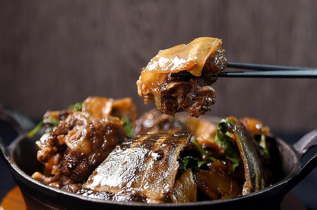 只要預訂,在大直〈欣葉.鐘菜〉餐廳可以嘗到由傳統台灣酒家菜改良升級的菜式,如膠質豐厚的〈三杯甲魚〉就是。(圖/姚舜)