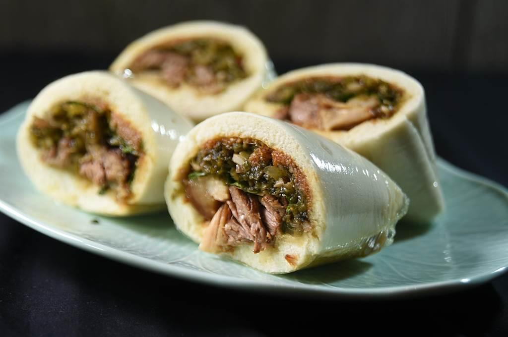 欣葉〈刈包〉曾被英國食評家評為「完全打趴法國麵包」,在大直〈欣葉.鐘菜〉餐廳菜單上沒有缺席。(圖/姚舜)
