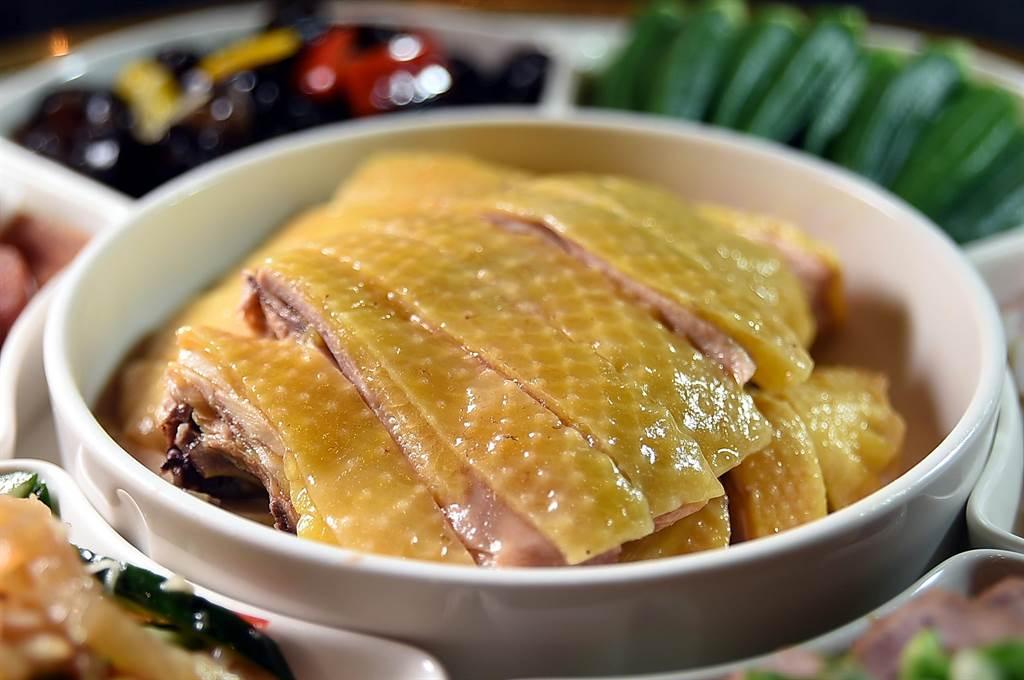〈欣葉.鐘菜〉菜單上的〈鹽水雞〉,是用溫體屠宰的閹雞烹製,肉質細嫩中帶有嚼勁。(圖/姚舜)