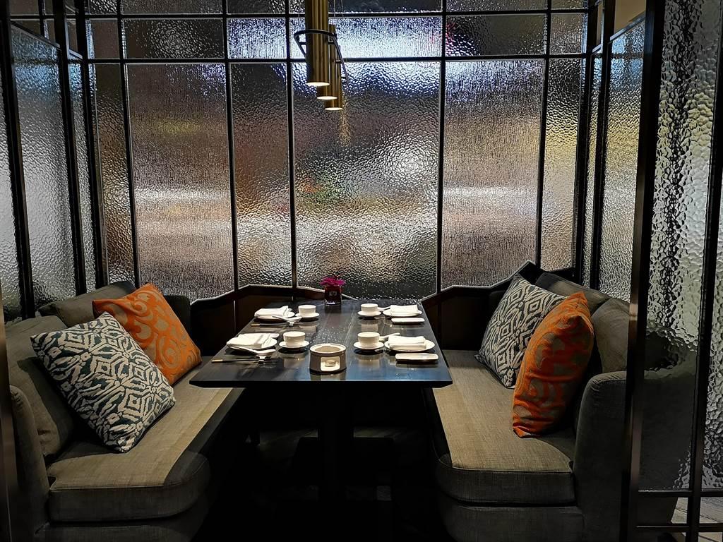 開在台北大直萬豪酒店〈中城廣場〉1樓的〈欣葉.鐘菜〉,有不同用餐區,圖為沙發雅座區。(圖/姚舜)