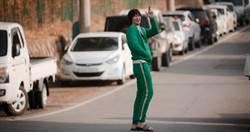 「香菇頭+綠色運動服」金秀賢為《愛的迫降》再裝傻