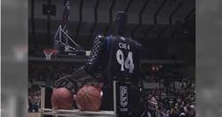 仿生機器人參加三分球大賽 成功擊敗日本職業球員