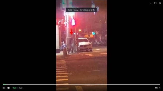 男子因凍未條又路不熟,只好停在路邊直接來,但事後由太太陪同到案說明,太太氣得只願意在車上等。