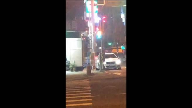 日前台中北屯深夜出現1名男子在路邊跟酒店妹脫光打炮,目擊民眾直呼太誇張。