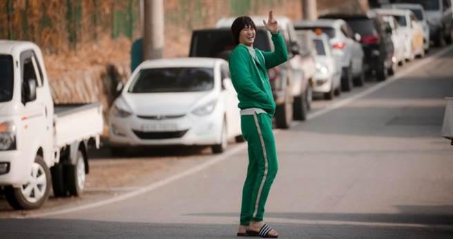 金秀賢以香菇頭和綠色運動服復刻《偉大的隱藏者》角色。(圖/Netflix提供)