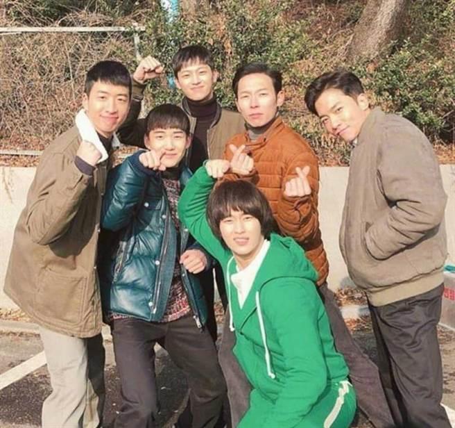 金秀賢客串《愛的迫降》,以前輩之姿指導北韓軍人如何融入南韓。(圖/翻攝自網路)