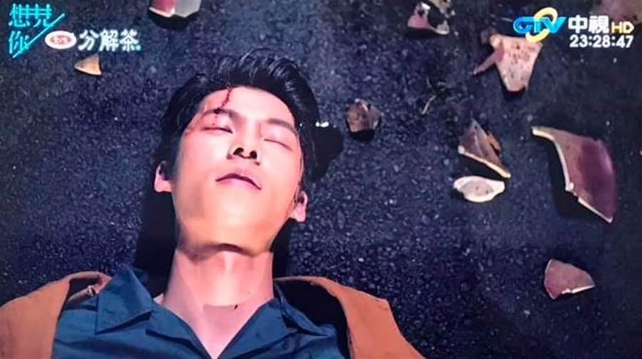 《想見你》劇情變成恐怖片,第10集最後許光漢飾演的李子維竟遭到真正的凶手攻擊。(圖/翻攝自中視)