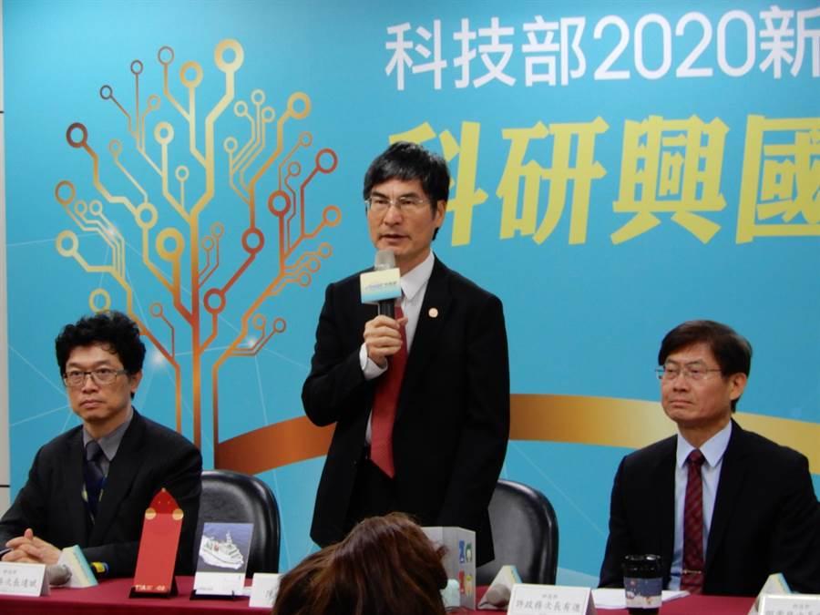 科技部長陳良基(中)希望520後,愈快回歸台大愈好。(林志成攝)