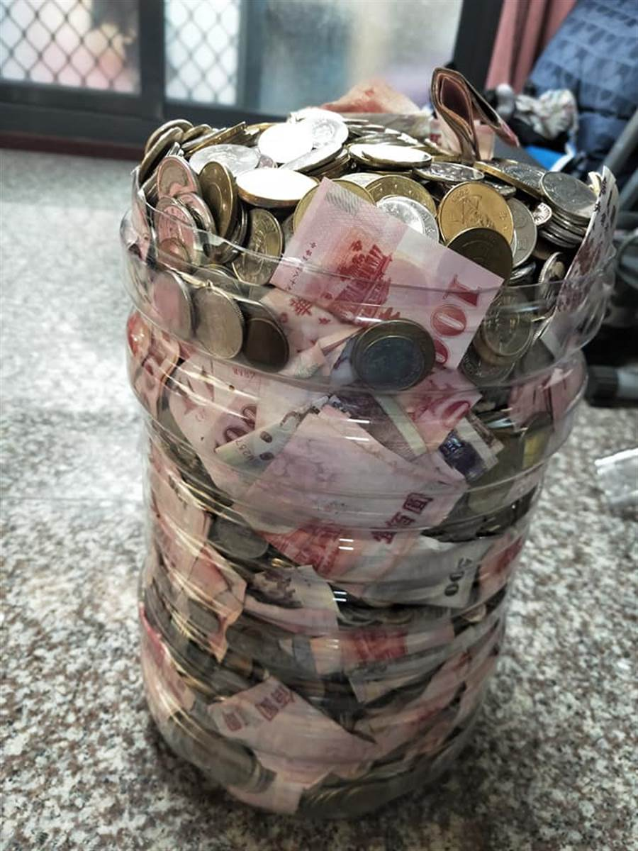 清點裡面的金額之後發現竟然有15萬元左右(圖翻攝自FB/爆廢公社)