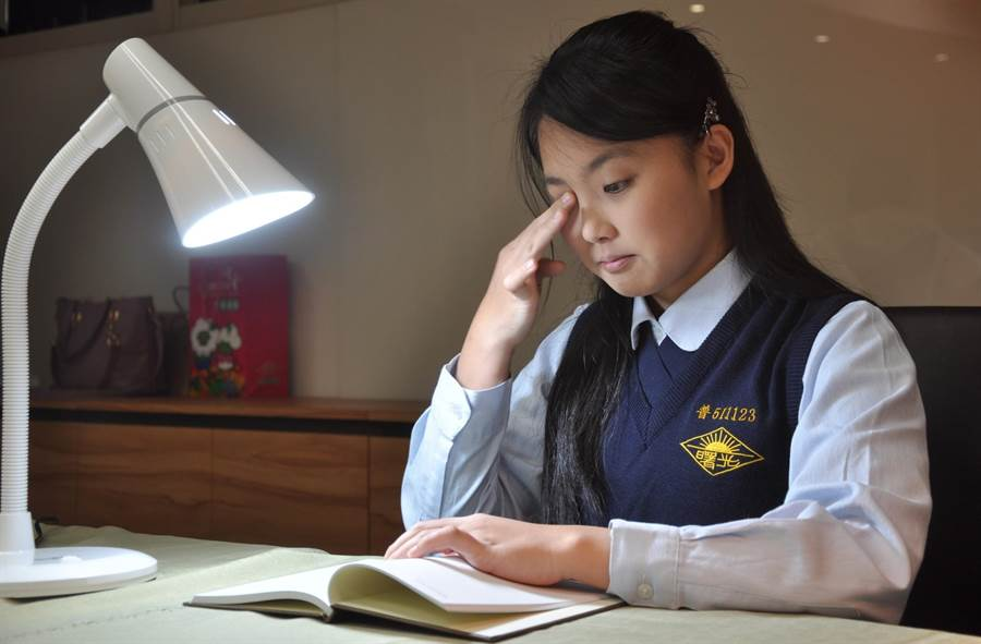 清大教授周卓煇表示,現代檯燈,無論是節能的日光燈(CFL),或是LED燈,都太亮了,不到30分鐘就可能引發「光照視網膜炎」。(清大提供/陳育賢新竹傳真)