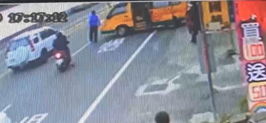 娃娃車遭大力撞擊,瞬間打橫停放車道。(翻攝照片/何冠嫻苗栗傳真)