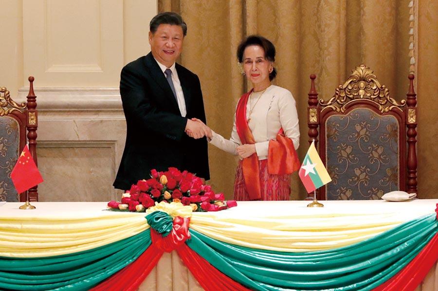 大陸與緬甸18日簽署聯合公報,重申堅定奉行所謂「一個中國原則」,認為「台灣是中華人民共和國不可分割的一部分」,引發國民黨和外交部抗議。圖為緬甸國務資政翁山蘇姬(右)與大陸國家主席習近平(左)。(美聯社)
