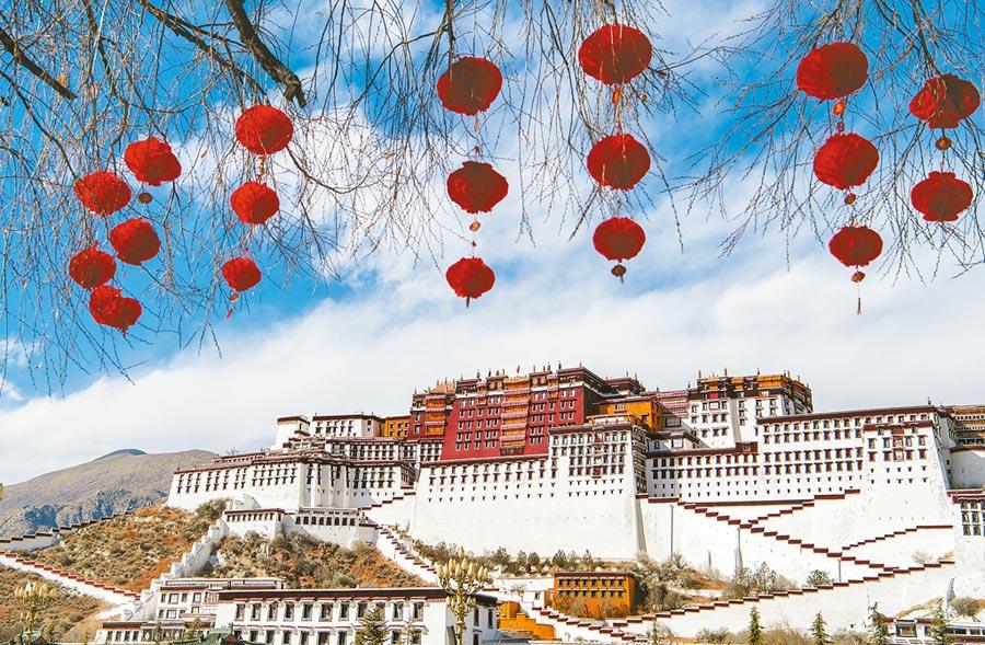 西藏今年GDP目標下修到9%。圖為拉薩布達拉宮廣場紅色燈籠高掛,年味漸濃。(中新社資料照片)