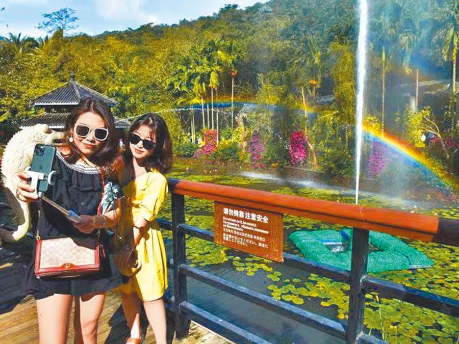 遊客在三亞亞龍灣熱帶天堂森林旅遊區體驗「喊泉」娛樂設施。(景區供圖)