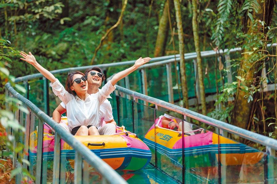遊客體驗雨林高空漂流項目。(瓊中百花嶺熱帶雨林文化旅遊區供圖)