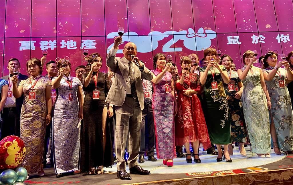 萬群地產20日晚上在台中林酒店舉辦盛大尾牙宴。(盧金足攝)