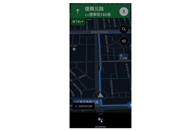 Google 地圖導航期間,透過 Google 助理播放音樂,讓車主仍可以專心掌握導航資訊。(Google提供/黃慧雯台北傳真)