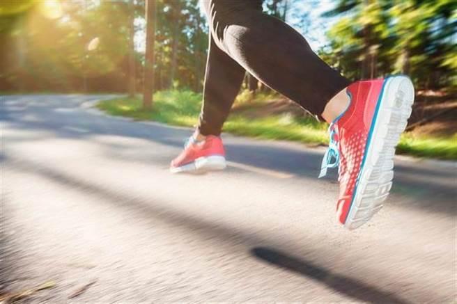 搭配慢跑及其他有氧運動,就能有效減少身體的內臟脂肪。(圖片取自網路)