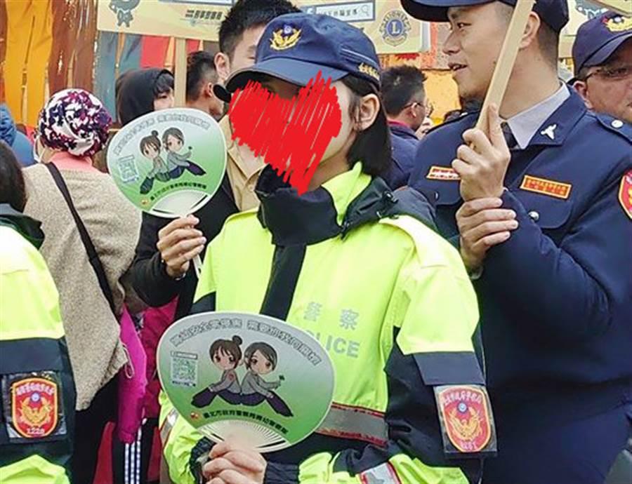 女警街頭宣導反詐騙 一看正面秒戀愛(圖翻攝自FB/爆廢公社)