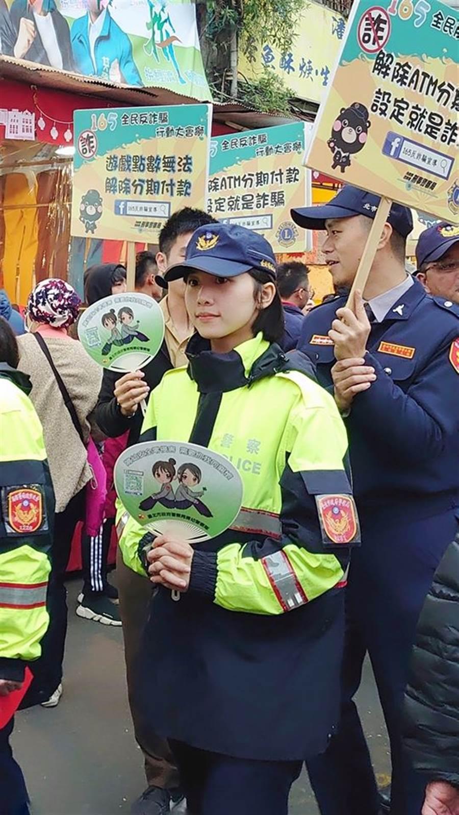 有民眾發現在街頭宣導犯詐騙的女警顏值超高。(圖翻攝自FB/爆廢公社)