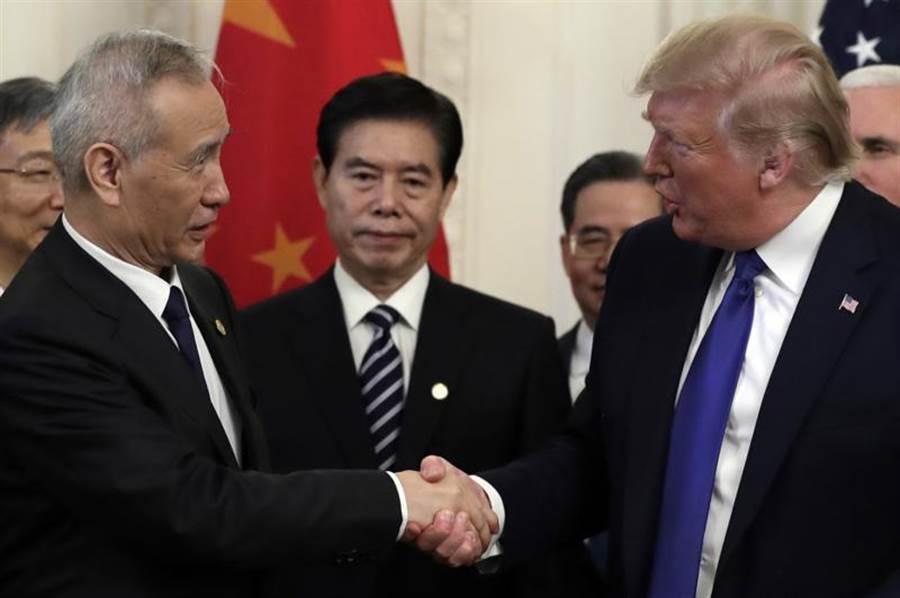 美陸15日簽署第一階段貿易協議,圖為大陸貿易談判代表與美國總統川普在簽署儀式中握手。(美聯社)
