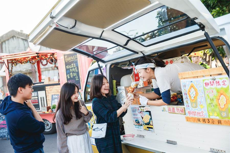 駁二小夜埕每年的行動美食攤車,總是吸引大批民眾排隊購買。(林宏聰攝)
