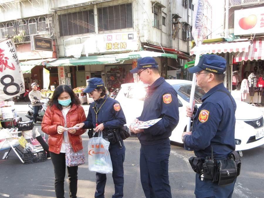 春節婆媽採買市場人潮多,台中市第一警分局員警到市場做防竊宣導。(照片警方提供/陳淑芬台中傳真)