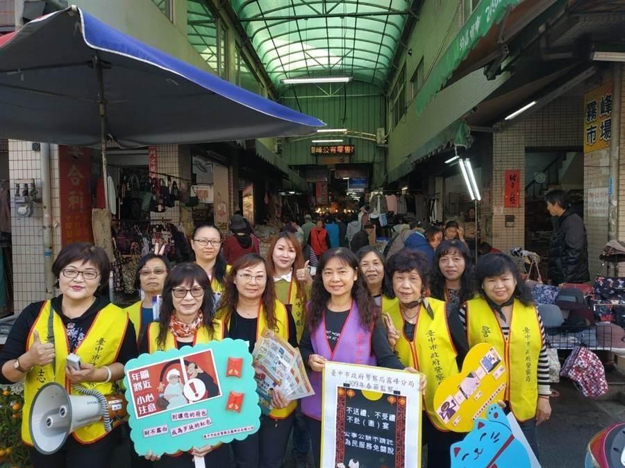台中市霧峰警分局員警與志工合作,到市場做防竊宣導。(照片警方提供/陳淑芬台中傳真)