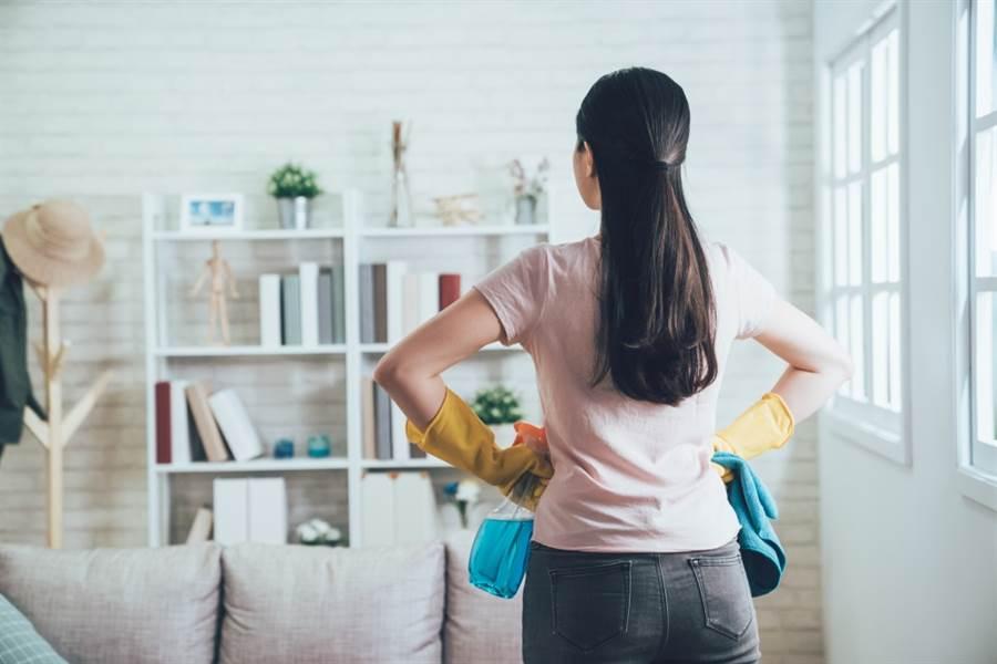 年關將近,家家戶戶正忙著大掃除,在有限的時間內反覆做清潔工作,不少人全身也跟著痠痛起來。此為示意圖。(達志影像/shutterstock)
