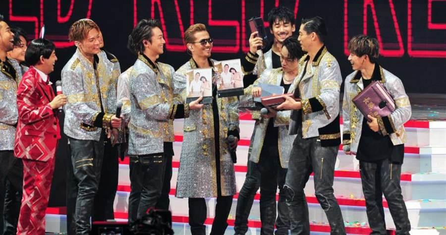 放浪兄弟抽到林志玲的公益年曆,忍不住笑出來。(圖/台視提供)