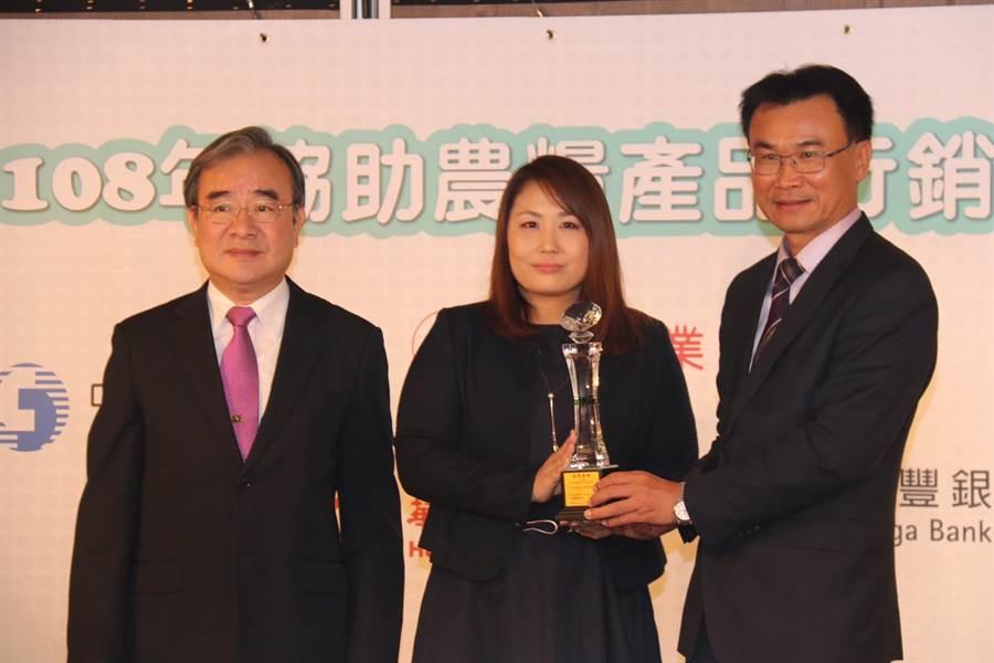 農委會主委陳吉仲今天出席「108年協助農糧產品行銷績優企業頒獎表揚」,頒獎給對台灣農產大力支持的企業。(農糧署提供)
