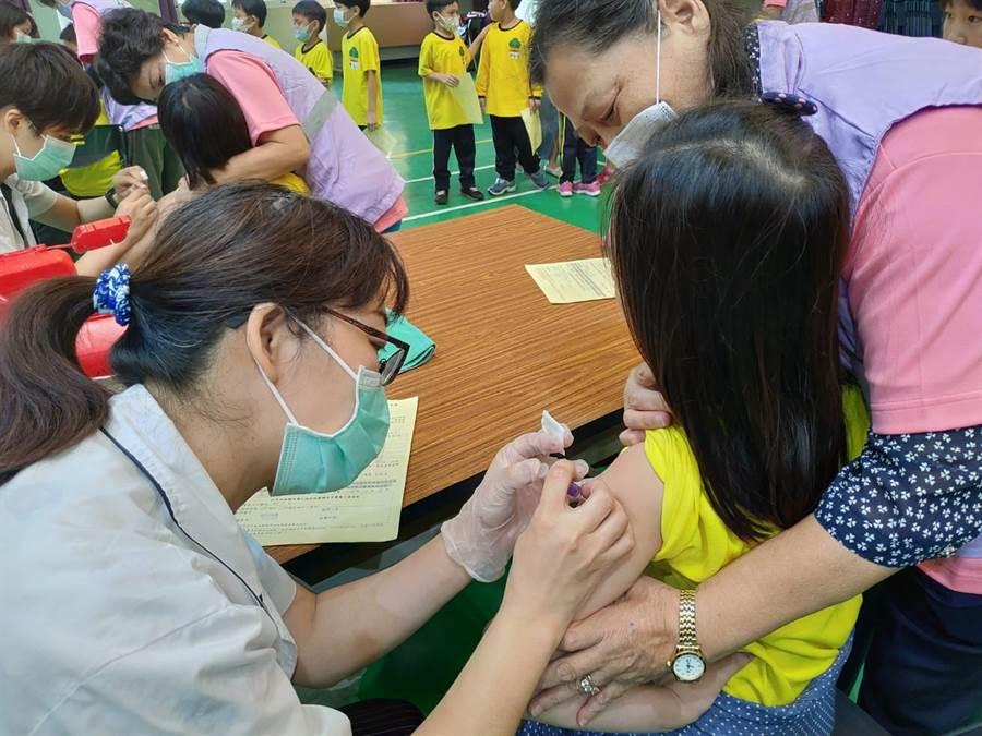 台中市衛生局提醒符合公費流感疫苗施打對象的民眾持身分證及健保卡儘速至衛生所或合約院所接種、增加保護力。(馮惠宜攝)