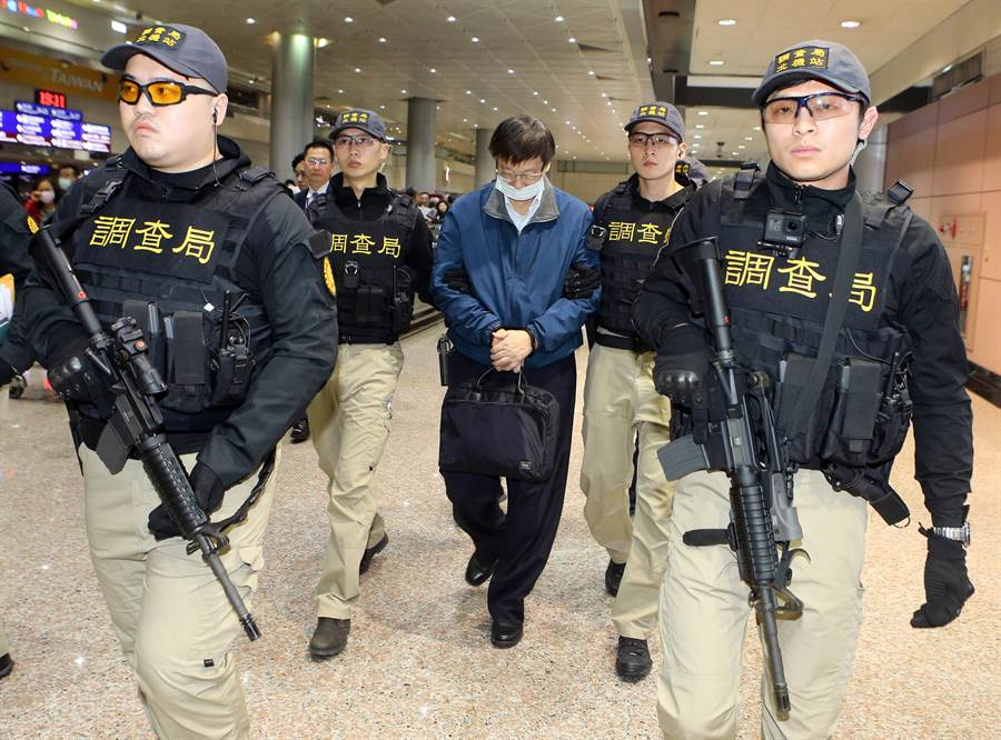 調查局北機站21日也大陣仗出動3名調查官,攜帶步槍在桃園機場入境大廳守候,待楊文虎步入機場入境大廳,將他團團圍住,帶往停車處登車,直接驅車前往台北地檢署。(陳麒全攝)