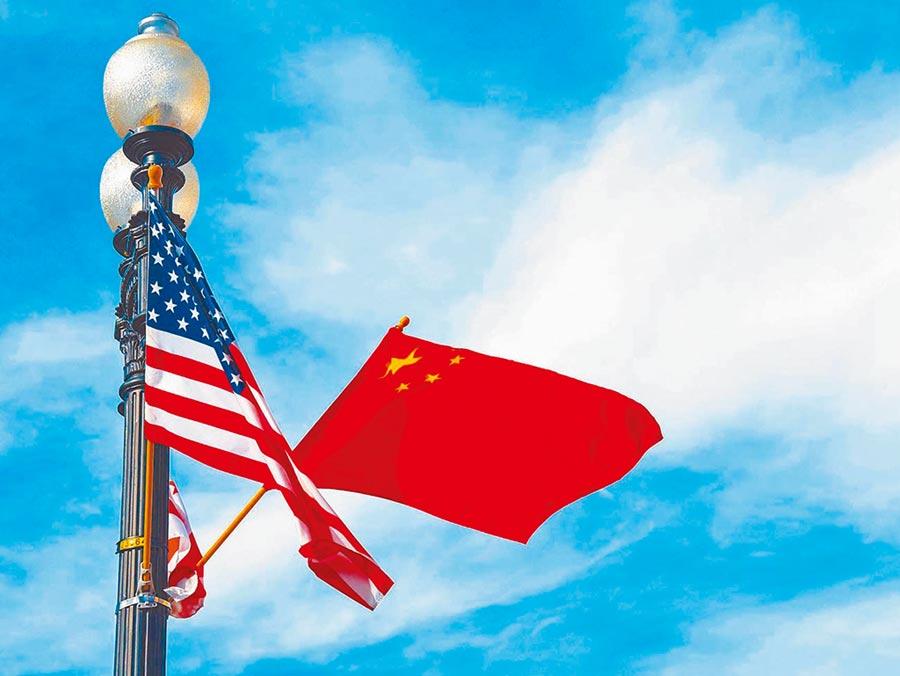 美國前國務卿季辛吉曾言「中美關係回不到從前了」。圖為華盛頓憲法大道旁插了中美兩國國旗。(新華社資料照片)