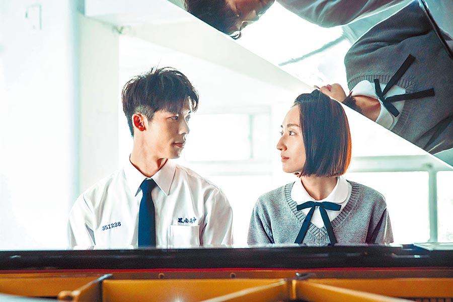 《想見你》劇中,許光漢(左)與柯佳嬿彈鋼琴畫面,致敬電影《不能說的秘密》。(中視提供)