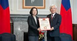 接當選證書 蔡英文:感謝台灣人民和民主續約