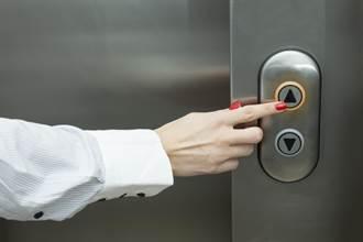 搭電梯別用鑰匙、筆頭戳 醫師揭防疫陷阱