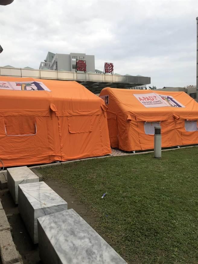 衛福部桃園醫院在戶外放置橘色帳篷,若民眾有發燒、咳嗽症狀,先至帳篷區檢驗。(賴佑維攝)