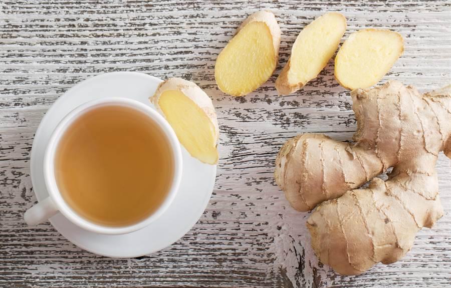 薑茶看似益處多,但是喝太多恐帶來副作用,在不對的時間點喝也可能對身體造成危害。(圖/Shutterstock)
