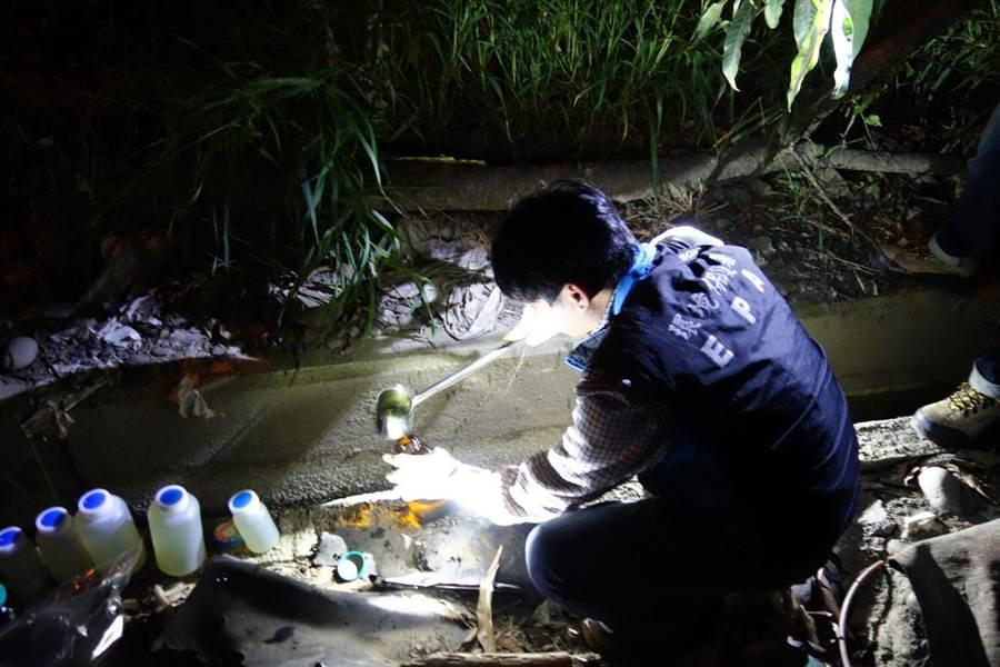 電鍍公司將超標廢水非法繞流排放,檢調夜間埋伏取樣送檢。(翻攝照片/陳淑芬台中傳真)