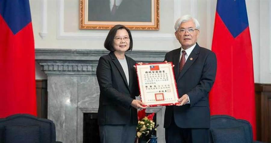 總統蔡英文接受由中央選舉委員會代表致送第15任總統當選證書。(圖/總統府提供)