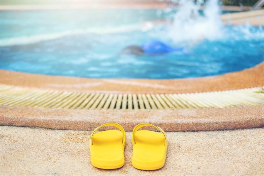 少年卡泳池底5分鐘 四肢驚變藍紫色(示意圖/ 取自達志影像)
