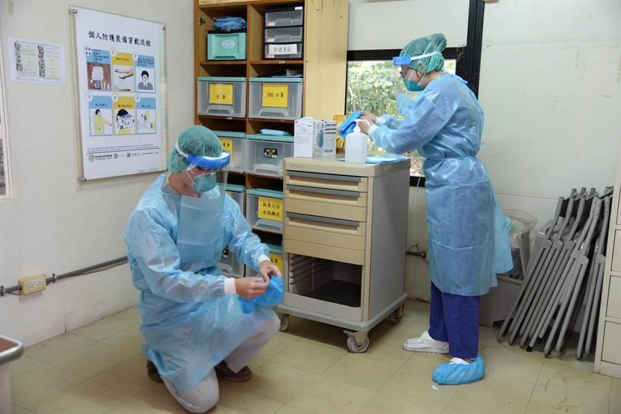 醫護人員演練穿上隔離衣。(周麗蘭攝)
